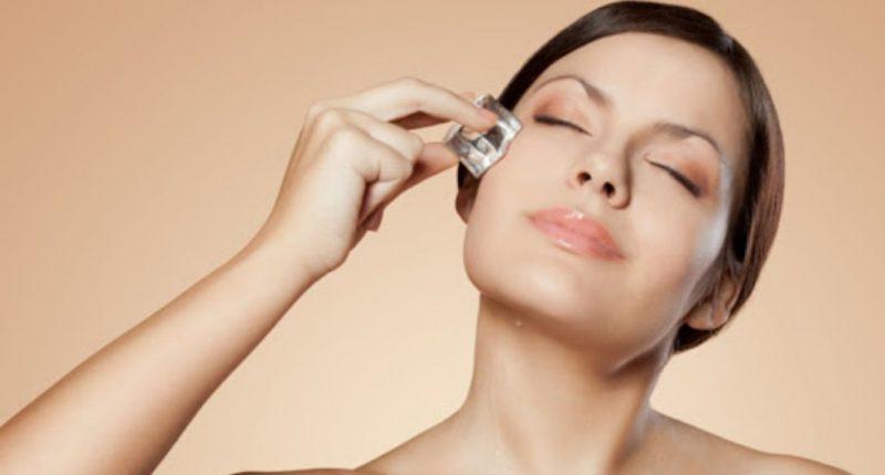 Mulher fazendo terapia de gelo no rosto