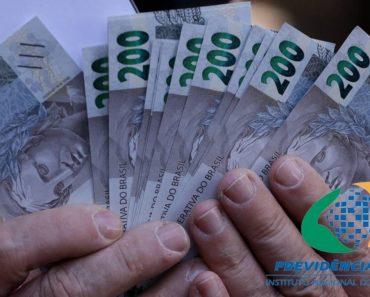 Idoso segura notas de 200 reais