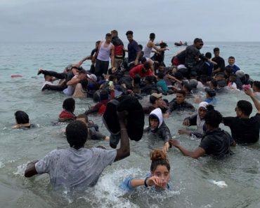 Migrantes marroquinos chegam a nado na costa de Ceuta, na Espanha